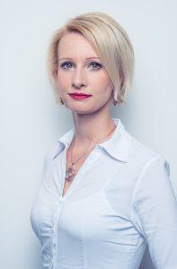 Dr. Zuzana Dudášová je manažerka, bioložka, certifikovaná koučka osobního rozvoje a instruktorka jógy.