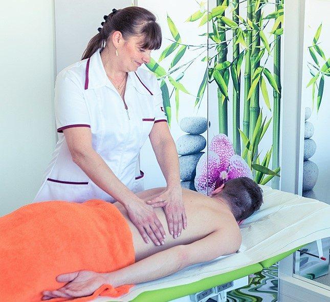 Pavlína Šmerdová, zdravotní sestra a certifikovaná lymfoterapeutka, provádí lymfodrenáž