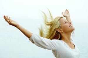 Mladá krásná žena se raduje ze života